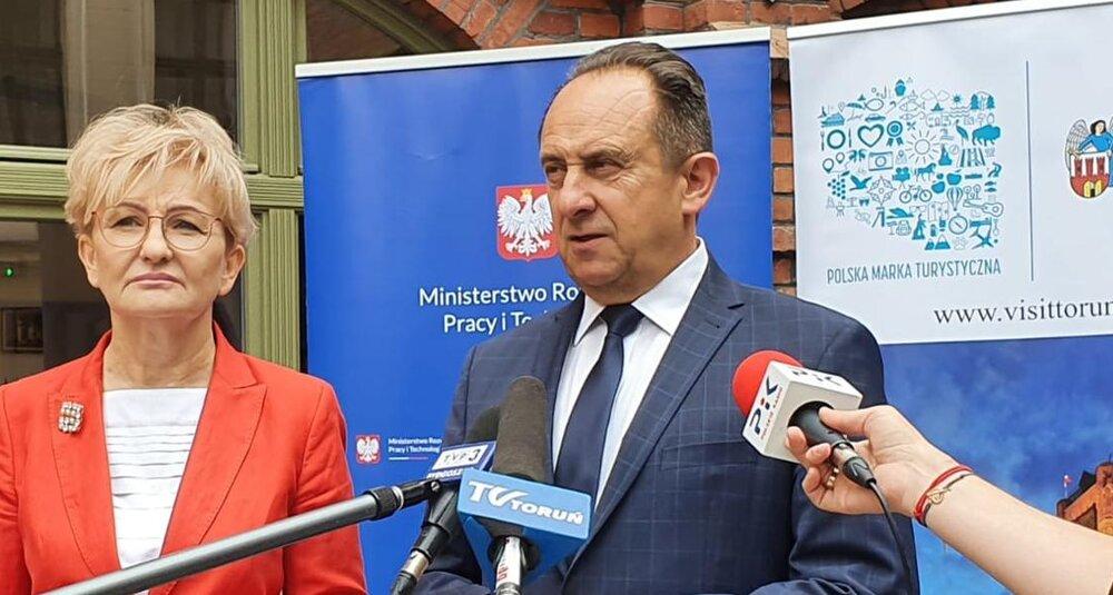 Wiceministrowie Iwona Michałek i Andrzej Gut-Mostowy podczas konferencji prasowej w Toruniu. fot. MRPiT
