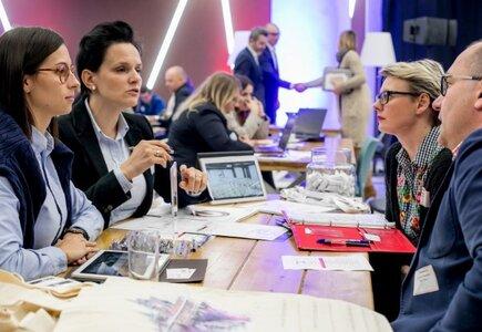 Biznesowe rozmowy. Fot. Robert A. Szarapka, PHOTOholic.pl