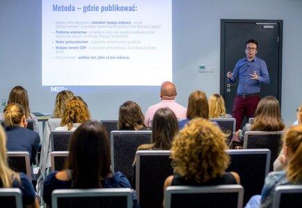 """Piotr Maczuga (Digital Knowledge Village) poprowadził warsztat """"Efektywnie i efektownie – jak tworzyć digital experience w branży eventowej"""""""