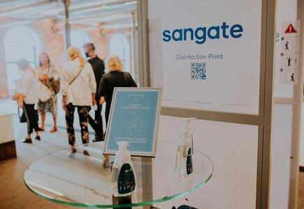 Każdy z uczestników przechodził przez bramkę dezynfekcyjną zainstalowaną przez firmę Sangate