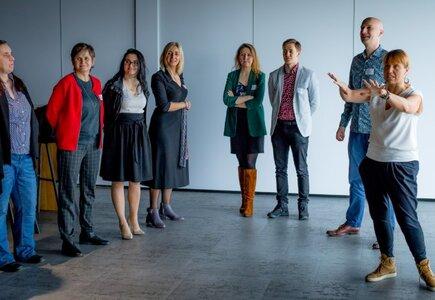 """Warsztaty  """"Jak być doVUdCĄ – czyli o wykorzystaniu improwizacji w firmach"""", prowadzone przez Teatr Bez Klepki."""
